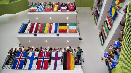 Herhjemme tager vi mod studerende fra mange lande, der læser i kortere eller længere tid. VIA College University i Horsens viste under prins Charles og hertugingen af Cornwalls besøg, hvor mange nationaliteter, der er repræsenteret. Det kniber derimod mere for danske studerende at tage dele af deres uddannelse i udlandet, viser tal fra OECD.