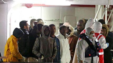Tirsdag ankom de overlevende fra bådforliset til Catania på Sicilien. Op mod 900 menes omkommet i det tragiske bådforlis natten til søndag.