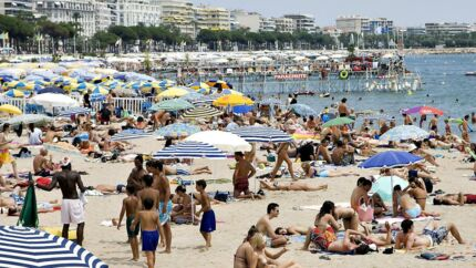 Et kraftigt fald i priserne på flyrejser og stigende ejendomspriser har givet medvind til danskeres køb af ferieboliger i udlandet.
