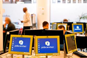 PLUS-historie. Tæt ved 17.000 ledige opbrugte i løbet af 2014 deres ret til at få dagpenge, viser tal fra AK-Samvirke. Dagpengereformen ser dermed ud til at have slået fejl. (se Ritzau historie 130925) ARKIVFOTO 2014 af Jobcenter i København- - Se RB 29/1 2015 09.02. Køen af arbejdsløse blev 400 personer længere i december. 132.400 stod uden job svarende til en ledighed på fem procent, oplyser Danmarks Statistik. (Foto: Nils Meilvang/Scanpix 2015)