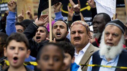 »Hvis man ikke hører til andre steder, er det nemt at blive hjernevasket af religiøse kræfter. Og her er Hizb ut-Tahrir den bevægelse, som i øjeblikket står stærkest og har flest tilhængere blandt de unge muslimer,« siger integrationskonsulent, forfatter og debattør Mehmet Yüksekkaya. Her demonsterer medlemmer af organisationen foran den amerikanske ambassade i København.