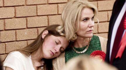 Det blev en lang valgnat og Helle Thorning-Schmidts datter Johanna tager en lur op af sin mors skulder i Neath Sports Center, hvor der var optælling af stemmer. Steven Kinnock stillede op og blev valgt i den sikre Labourkreds Aberavon i Sydwales.