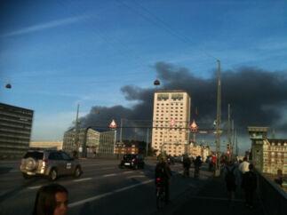 Vetagers billede på Twitter. Her det hvide tårn (Danhostel) med sort røg i baggrunden fra branden i KB-hallen.