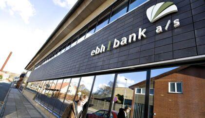 To tidligere direktører i EBH bank kan beholde deres millionbonusser, selv om Vestre Landsret fastslår, at bankens finte med at lade pengene udbetale fra EBH Fonden var forkert.