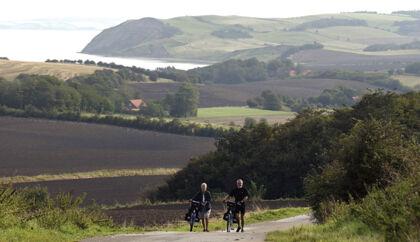 Nu er det slut med at skulle stå af cyklerne og trække dem for at komme op ad bakkerne på Mors.