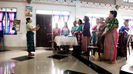 På en ø i Indonesien findes den måske eneste muslimske stamme (Padang-stammen) i verden, hvor det er kvinderne, der bestemmer. Hos det kristne modstykke, er det derimod mændene, der har det sidste ord. I en lille kirke på Nordsumatra er kvinder fra Batak-stammen samlet for at øve deres korsange til gudstjenesten.