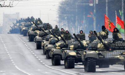 Militærparade i den hviderussiske hovedstad Minsk. Pludselig synes Sovjet-tiden ikke så langt væk.