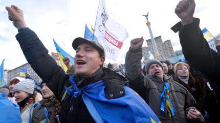 Ukrainere råber slagord på Uafhængighedspladsen i Kiev. Protesterende afholdt generalstrejke og blokerede regeringsbygninger efter voldelige sammenstød. Berlingske talte, inden demonstrationerne brød ud, med fem ukrainere om deres syn på landets politikere og om deres bekymringer og håb for fremtiden.
