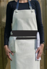 Multi-forklæde: Apron Band er forklædet, hvor alt altid er lige for hånden. Det er designet af Anne Heinsvig og Camilla Hjerl, og det adskiller sig fra et almindeligt forklæde ved at have et løst og fleksibelt bælte i livet, hvor man kan tilføre lige præcis dét, man har brug for under den pågældende madlavning, for eksempel viskestykker, mobiltelefon eller grydelapper.