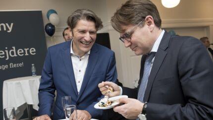 Erhvervs- og vækstminister Brian Mikkelsen (th.) i samtale med Netcompanys direktør og stifter, André Rogaczewski. Ministeren havde fødselsdag tirsdag og kaldte Netcompanys milepæl for »den bedste gave«. Foto: Linda Kastrup