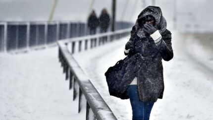 DMI varsler om risiko for snestorm på Bornholm. I resten af landet er der også varsel om vindstød af stormstyrke og forhøjet vandstand.
