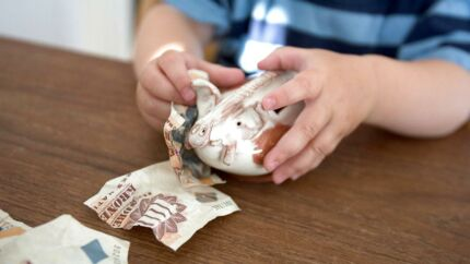 Regeringen og Dansk Folkeparti vil med nyt lovforslag hæve beløbsgrænsen for indbetalinger på børneopsparinger.