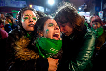 BMINTERN - TOPSHOT - Activists in favour of the legalization of abortion comfort each other outside the National Congress in Buenos Aires, on August 9, 2018 after senators rejected the bill to legalize the abortion. - Argentine senators on Thursday voted against legalizing abortion in the homeland of Pope Francis, dashing the hopes of women's rights groups after the bill was approved by Congress's lower house in June. According to an official tally, 38 senators voted against, 31 in favor, while two abstained. (Photo by EITAN ABRAMOVICH / AFP)