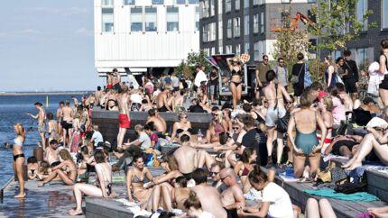 På Marmormolen i Københavns Nordhavn oplever beboerne, at unge mennesker - i langt højere grad end tidligere - indtager området og fester til langt ud på natten. Ifølge Københavns Politi er det gode sommervejr årsag til, at de modtager flere henvendelser om fest og larm i gaden.