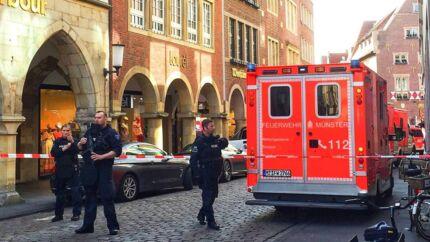 Politi og redningsfolk er tilstede i Münster i Tyskland, hvor en bil lørdag eftermiddag påkørte en menneskemængde. Flere meldes dræbt og såret.