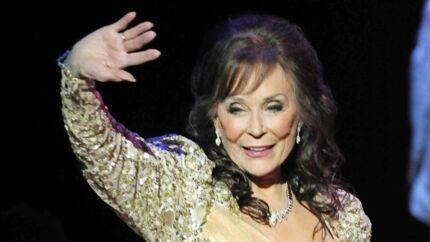 Lorette Lynn vinker til publikum efter en koncert. Den 85-årige countrysanger har fortsat koncert-kalenderen fyldt op. Foto: Tami Chappell