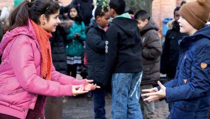 Københavnerpigen Sawsan (Malika Sia Graff) byder jydedrengen Karl (Sylvester Byder) velkommen til det hårde gademiljø.