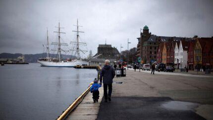 I Bergen Havn ligger skoleskibet »Statsraad Lehmkuhl« overfor den gamle hanseatiske samling af bygninger, Bryggen, der har været symbol for Bergens velstand siden middelalderen.