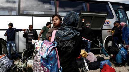Syriske flygtninge - her på grænsen mellem Grækenland og Makedonien, - er begyndt at vende hjem trods det fortsatte blodbad i deres krigsarrede land. REUTERS/Yannis Kolesidis/Pool