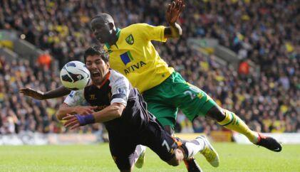 Det lignede et straffespark, da Norwich' engelske Leon Barnett ramlede ind i Liverpools uruguayanske Luis Suarez i sidste weekends Premier League-runde. Men dommerens fløjte forblev tavs – måske fordi Suarez har ry for at være en spiller, der smider sig let.
