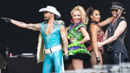 Mavebluser, technobeats, »one-hit-wonders« og Ibizastemning var der masser af i Rødovre Rådhuspark, hvor et festklædt publikum kunne danse til 13 timers overflødighedshorn af et program til arrangementet »Vi elsker 90'erne«. Se billederne her.