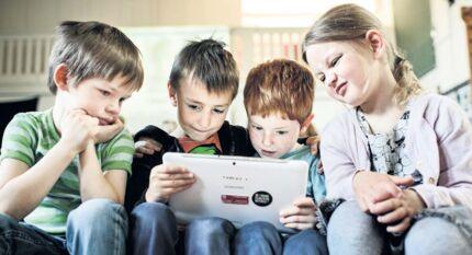 Børnehuset Nyrup sætter ikke tidsbegrænsninger på børnenes brug af tablets, så længe de er med til at skabe socialt fællesskab. Foto: Niels Ahlmann Olesen