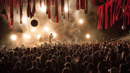 Distortion Ø på Refshaleøen samlede lørdag tusinder af unge mennesker til afslutningen på den fire dage lange festival. Noah Carter på Royal Container Stage.