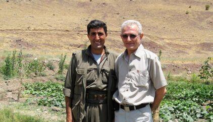 ROJ TVs daværende direktør, Manouchehr Zonoozi (til højre), mødtes under en rejse til Nordirak i 2006 med PKK-medlemmet Abdullah Sen kaldet Hamza (til venstre), som nu er er forsvundet efter at have været anholdt af belgisk politi.