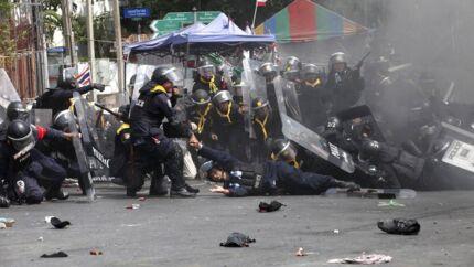 De thailandske politifolk blev selv ramt hårdt, da de i går forsøgte at rydde flere af demonstrationspladserne i hovedstaden, Bangkok.