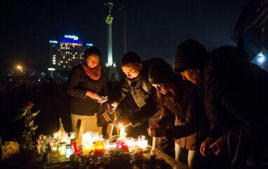 Demonstranter tænder lys på Uafhængighedspladsen for at mindes dagens dræbte. Flere end 70 personer har mistet livet i de seneste dages kampe i den ukrainske hovedstad - mange er dræbt af skarpskytter med enkeltskud i hoved, hals eller bryst.