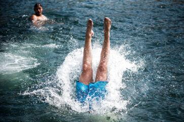 Hvis man er træt af den danske hedebølge, kan man også bare hoppe i vandet.