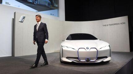 Harald Krüger, adm direktør i BMW, præsenterede i marts den nye BMW i4. Fredag i denne uge løfter samme mand sløret for iNext-modeller, der formentlig skal tage kampen op med Teslas »Folkevogn«, Model 3.