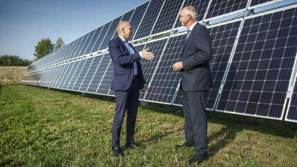 Rektor på DTU Anders Overgaard Bjarklev (med briller) og direktør i European Energy Knud Erik Andersen starter samarbejde om forskning i solcelleenergi. Her ses de foran solpanelerne på DTUs Risø Campus nord for Roskilde.